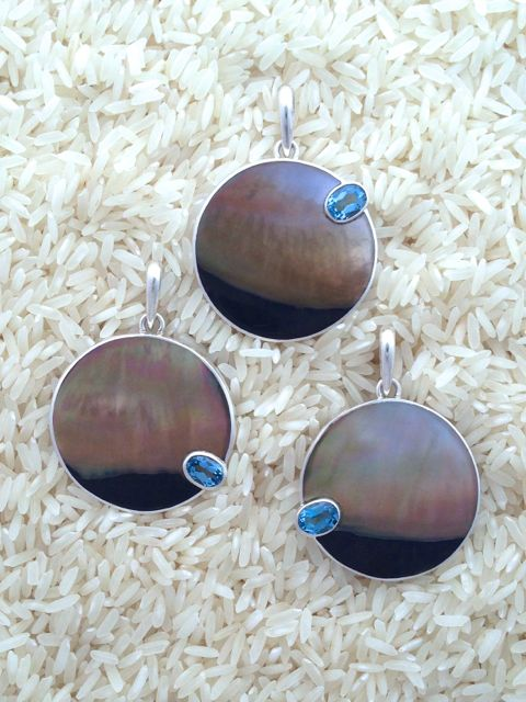 Black Lip Pendant Large Round: Oval Blue Topaz